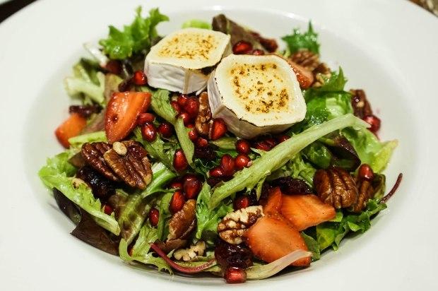 brotzeit-gegrillter-ziegenkase-salat-mit-beren