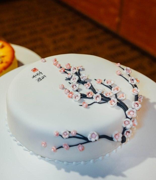 amara-hotel-cny-2019-cake-1