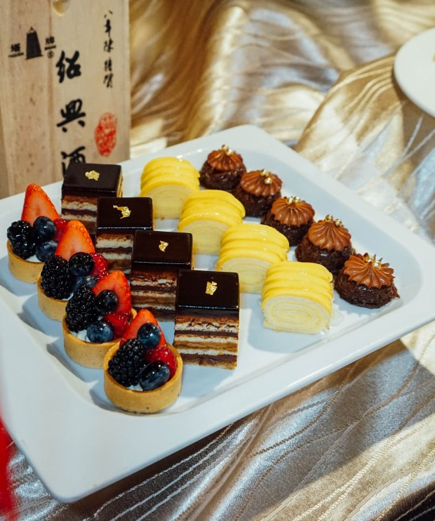 amara-hotel-cny-2019-cake-4