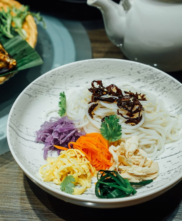yun-nans-tossed-rice-noodles-with-shredded-chicken