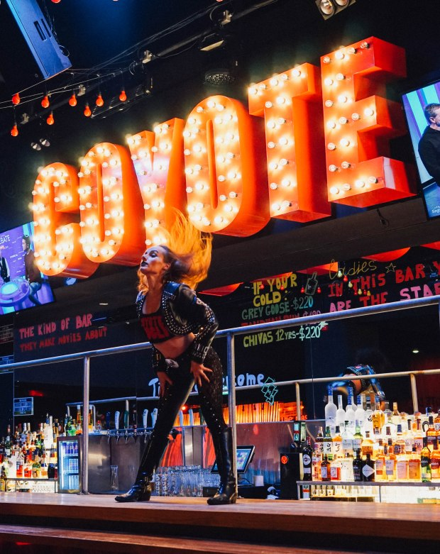 coyote-ugly-saloon-singapore-4
