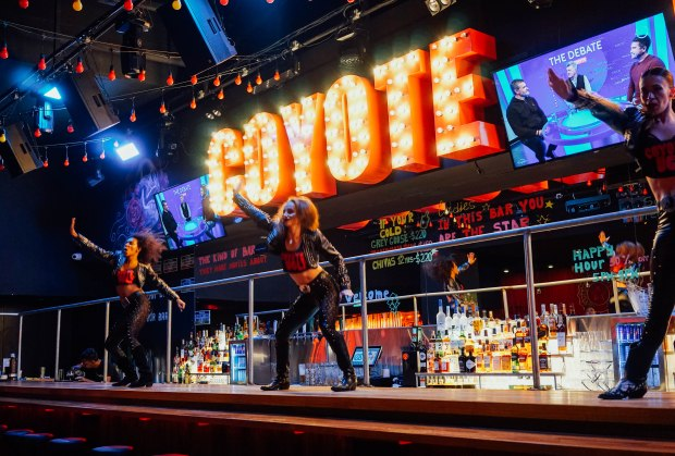 coyote-ugly-saloon-singapore-bartop-dancing